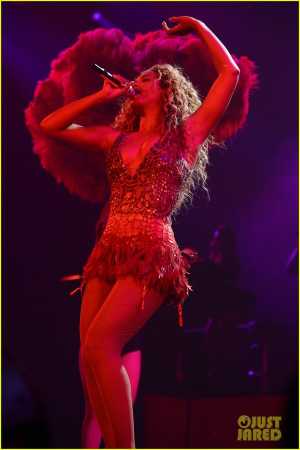 beyonce-wears-new-mrs-carter-tour-outfits-for-brooklyn-show-03